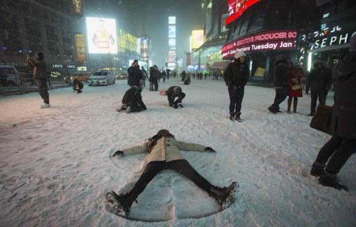 Times Square se convirtió en un centro de juegos para los amantes de los muñecos de nieve.