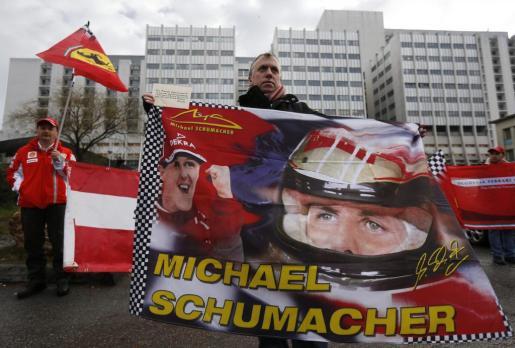 Seguidores del expiloto alemán Michael Schumacher se reúnen delante del hospital francés de Grenoble en el que permanece en coma inducido, para recordar el 45 cumpleaños del siete veces campeón de Fórmula Uno, en Grenoble.