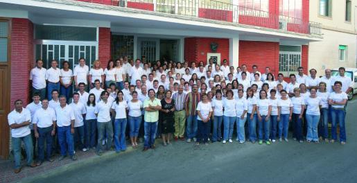 La plantilla de trabajadores de Pons Quintana a las puertas de la fábrica de Alaior.