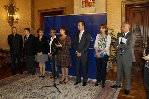 Ramón (PSIB), Rosselló (Bloc), Dubón (PSIB), Mascaró (Bloc), la presidenta Armengol , Bauzá, Perelló y Font (PP), ayer en el Consell de Mallorca.