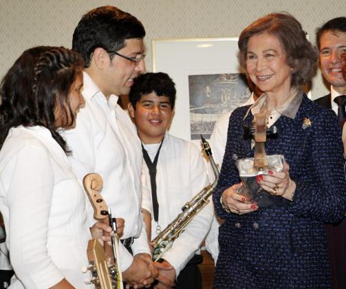 La Reina recibe un regalo de la Orquesta de Instrumentos Reciclados de Cateura (Paraguay).