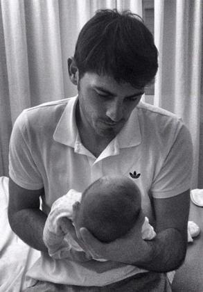 El portero del Real Madrid Iker Casillas ha publicado en su página oficial una foto con su hijo recién nacido, Martín.
