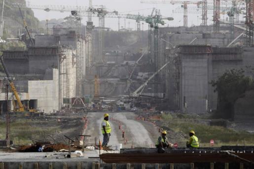 Un grupo de operarios trabajando en la expansión del Canal de Panamá.