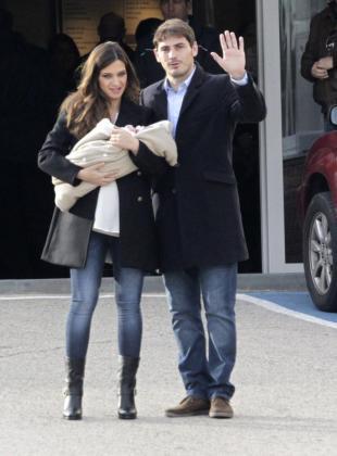 El portero del Real Madrid, Iker Casillas (d), y la periodista deportiva Sara Carbonero, con su hijo recién nacido, Martín, a la salida de la clínica Ruber de Madrid.