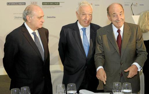El ministro de Interior, Fernández Díaz (i); el ministro de Exteriores, García-Margallo (d); y el abogado Miquel Roca, en Barcelona.