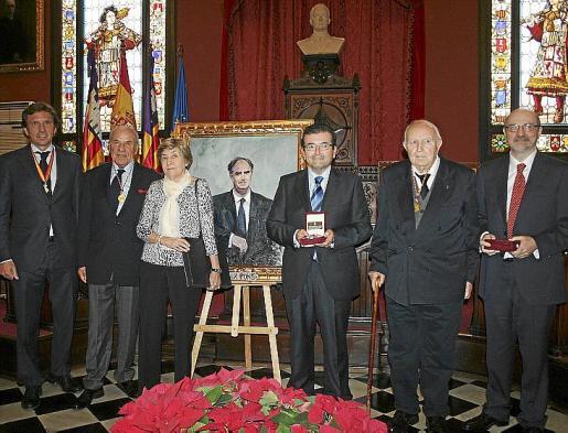 Mateo Isern junto a Josep Pinya, Carmen Aguirre -viuda de Félix Pons-, Joan Ramon Fuertes, Gabriel Llompart y Carles Bona.