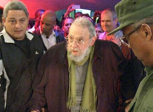 Imagen de un vídeo del expresidente cubano visitando un estudio de arte en La Habana.