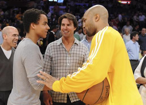 El actor estadounidense Tom Cruise sonríe junto a su hijo adoptivo Connor Cruise y el defensa de los Lakers de Los Àngeles Derek Fisher.