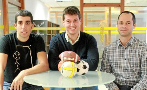 Enrique Represa, José Miguel Guasch y Samuel Granados posan con balones deportivos, en el Vivero de Empresas.
