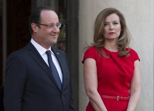 Fotografía de archivo fechada el 7 de mayo de 2013 del presidente francés, François Hollande (i) y su compañera Valérie Trierweiler (d), en el Palacio del Elíseo de París.