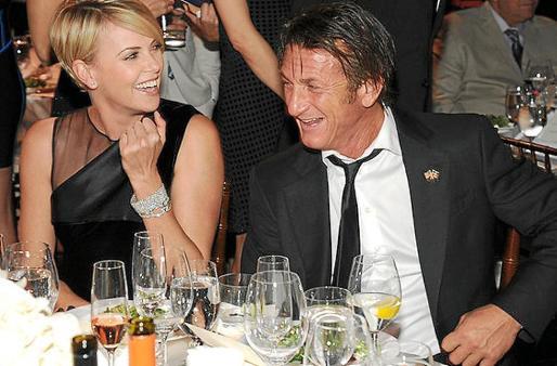 Esta es la fotografía que confirma el romance entre Charlize Theron y Sean Penn.