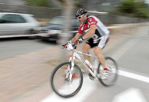 Uno de los participantes, en plena acción sobre el segmento ciclista.
