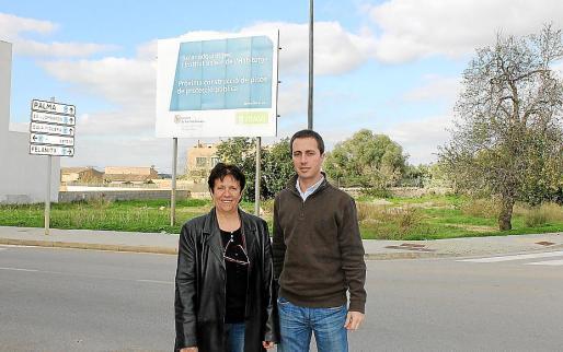 El alcalde Llorenç Galmés y la regidora Maria Galmés, frente a una de las nuevas zonas.