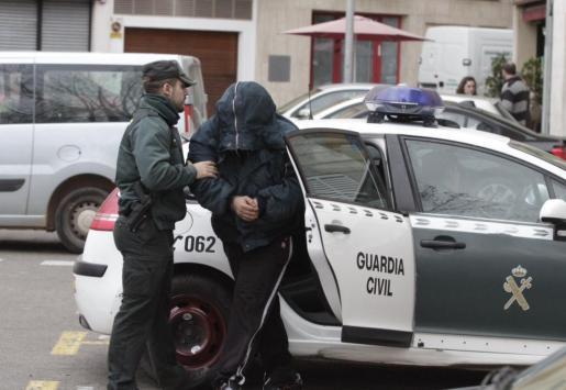 Momento en el que el detenido es trasladado al interior de los juzgados de Inca.