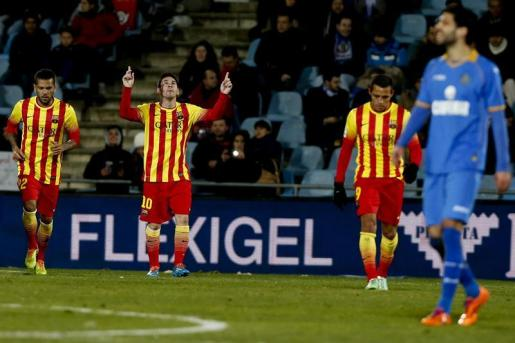 El delantero argentino del FC Barcelona Leo Messi (2i) celebra su gol, primero del equipo, durante el partido de vuelta de octavos de final de la Copa del Rey.