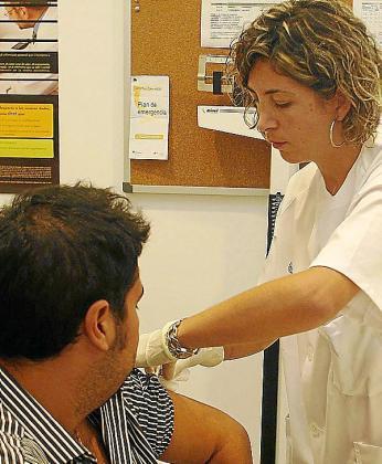 Imagen de archivo del inicio de la campaña de vacunación contra la gripe. Los ciudadanos que quieran vacunarse todavía pueden acudir a su centro de salud.