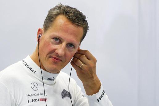 Fotografía de archivo tomada el 21 de septiembre de 2012 que muestra al piloto de Fórmula Uno alemán Michael Schumacher durante una sesión de entrenamiento en el circuito de Marina Bay en Singapur.