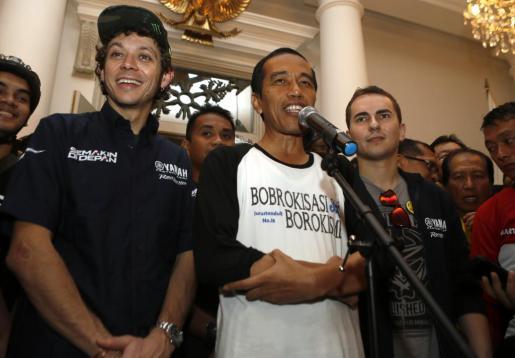El gobernador de Yakarta, Joko Widodo 'Jokowi' (c), y los pilotos de MotoGP Yamaha, Jorge Lorenzo (d) y Valentino Rossi (i), hablan ante la prensa.