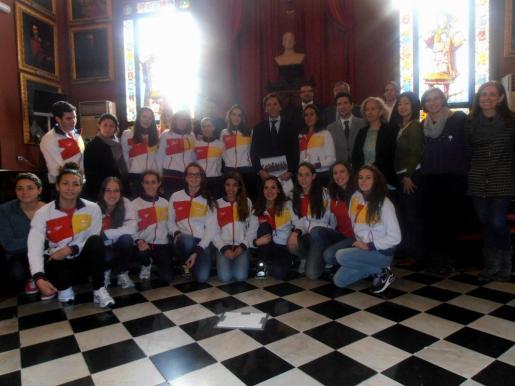 El alcalde de Palma, Mateo Isern, ha recibido hoy al equipo nacional de natación sincronizada.