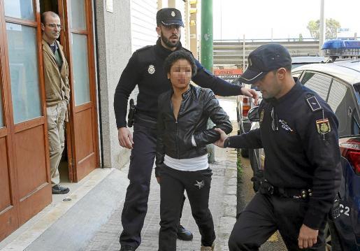 Varias patrullas del Cuerpo Nacional de Policía acudieron al lugar y detuvieron a la sospechosa. Fotos: VASIL VASILEV