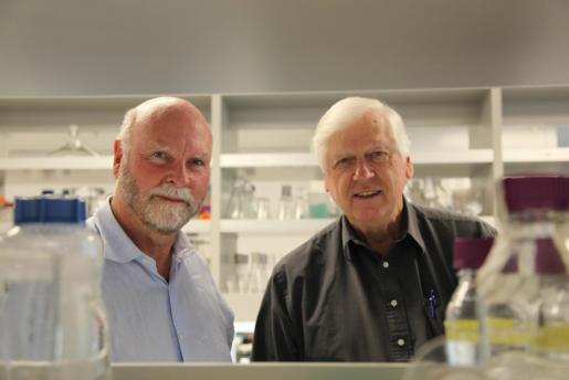 Fotografía que muestra al pionero genetista J. Craig Venter y al Dr. Hamilton Smith en su laboratorio.