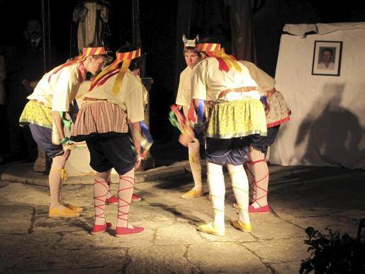 Actuación de los Moretons el pasado miércoles durante el homenaje al maestro Guillem Nadal.