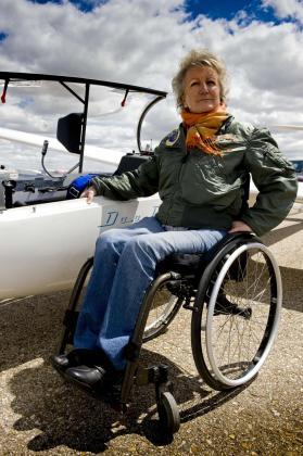 Elisabeth Heilmeyer, una alemana que lleva 30 años radicada en España, junto al planeador.