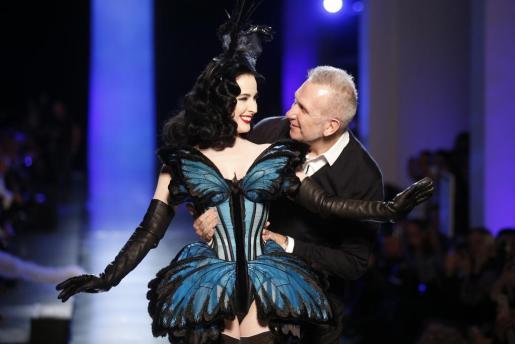 El diseñador francés Jean-Paul Gaultier y la artista de burlesque Dita Von Teese durante el desfile del creador en la Semana de la Moda de París.
