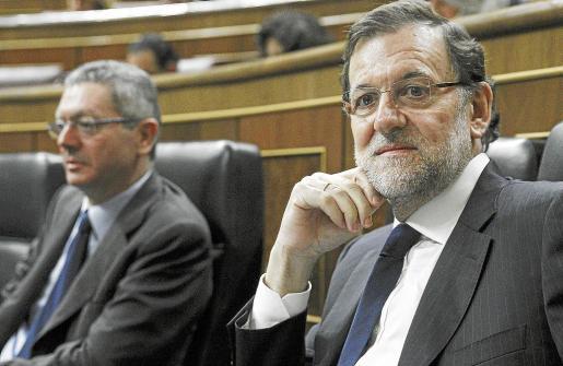 El presidente Mariano Rajoy, junto al ministro de Justicia, Alberto Ruiz-Gallardón, durante el pleno del Congreso.