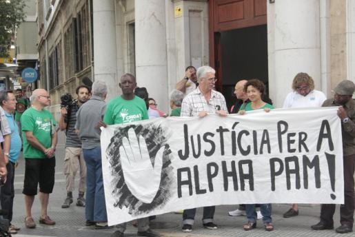 Concentración de los representantes de cuatro entidades pidiendo justicia para Alpha Pam el pasado mes de septiembre.