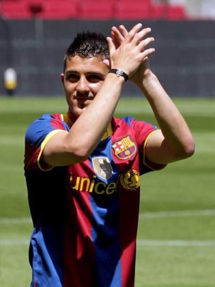 El delantero asturiano David Villa saluda a los aficionados azulgranas.