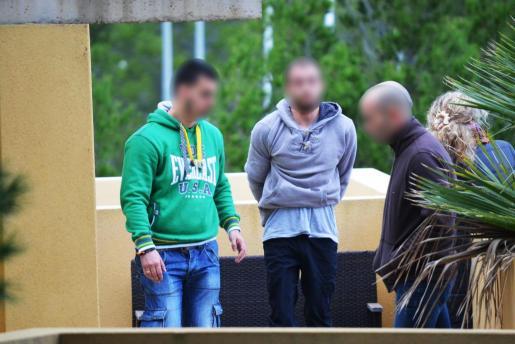 Durante el registro de su domicilio, los agentes localizaron varias catanas repartidas en diferentes habitaciones para defenderse