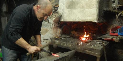 Confeccionando los cuchillos Campins en el taller.