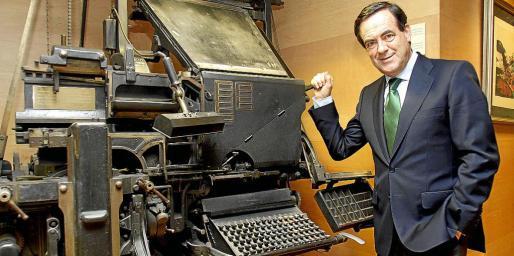 José Bono, junto a una histórica linotipia de prensa, ayer, en la sede del Grup Serra.