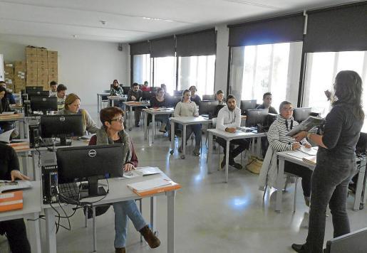 Los cursos de inglés de atención al público se empezaron a impartir este lunes, en una aula habilitada. Fotos: A.BASSA