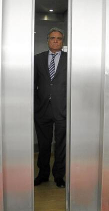 El presidente del Real Mallorca, Gabriel Cerdà, ayer, en el ascensor que da acceso a las oficinas del estadio.