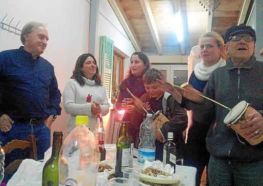 Antoni Vallespir, Margalida Coll, Aina Vallespir, Pedro Femenias, Petra Coll y Guillem Coll animando la velada con la 'ximbomba'.