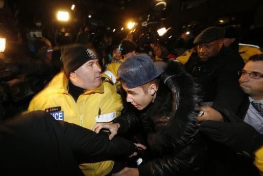 Justin Bieber, llegando entre una gran multitud a la comisaría de Toronto.