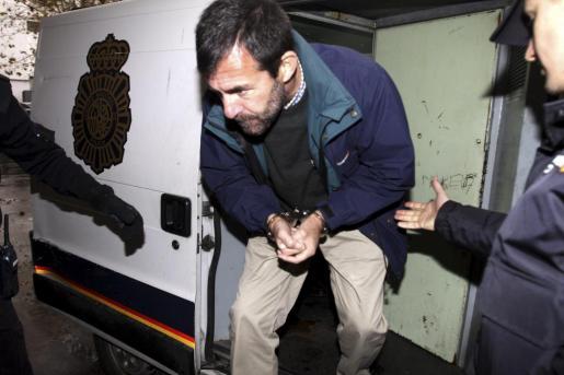 Miquel Nadal, a su llegada con el furgón policial a los juzgados.