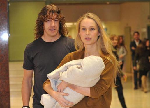 Carles Puyol y Vanesa Lorenzo han abandonado hoy el hospital con su hija.