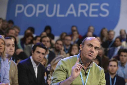 """El ministro de Economía, Luis de Guindos, durante su participación en el diálogo """"España competitiva"""" celebrado en el marco de la Convención Nacional del PP que se celebra en Valladolid."""