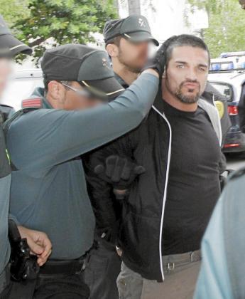 El portugués, en el momento de ser conducido a los juzgados de Eivissa se mostró desafiante y lanzó un beso a las cámaras.