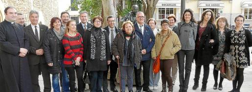 Los representantes de la Associació de Fibromiàlgia d'Inca i Comarca se fotografiaron junto a los políticos. Fotos: J.S.