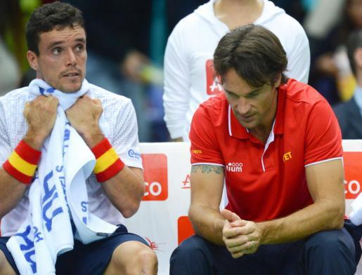 Los españoles Roberto Bautista y Carlos Moyá, durante un partido de la Copa Davis.