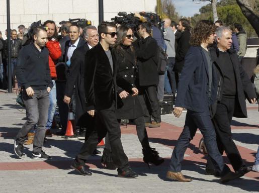Los jugadores del F.C. Barcelona Carles Puyol (d), Cesc Fábregas (c), y Andrés Iniesta (i), a su salida del funeral oficiado en Tres Cantos.