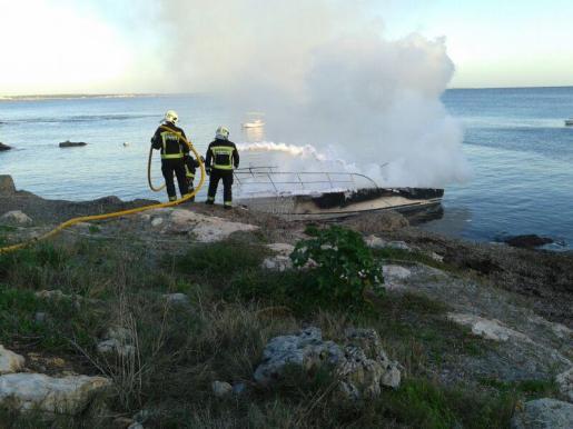 Los bomberos trabajan en la extinción del incendio.