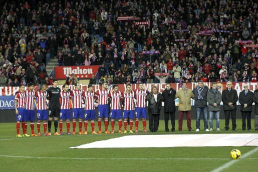 Minuto de silencio en recuerdo al exentrenador y exseleccionador Luis Aragonés antes del partido entre el Atlético de Madrid y la Real Sociedad.