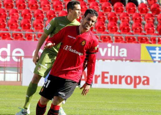 Alejandro Alfaro lamenta una ocasión fallada durante el partido.
