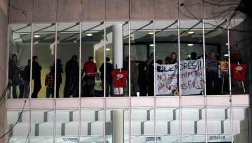 Trabajadores de TV3 se concentraron frente a la sala donde estba reunido el presidente de la Corporación Catalana de Medios Audiovisuales (CCMA), Brauli Duart, con los responsables de las emisoras de la Generalitat.