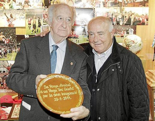 Feliu Calafat, presidente de la Penya Antoni Calafat, recibe un obsequio de manos de Toni 'Tacha', en representación de la Penya Arrabal.